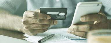 Homem com celular solicitando crédito online