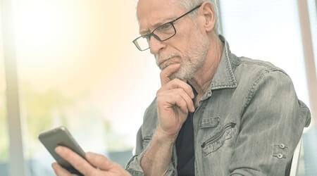 Idoso solicitando empréstimo para aposentados